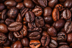 De macro van koffiebonen op een bruine achtergrond Stock Afbeelding