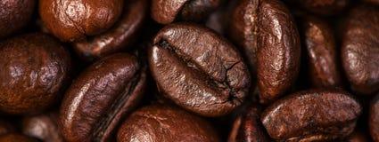 De macro van koffiebonen op een bruine achtergrond Stock Fotografie