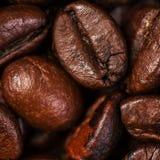De macro van koffiebonen op een bruine achtergrond Stock Foto