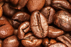 De macro van koffiebonen op een bruine achtergrond Royalty-vrije Stock Foto's
