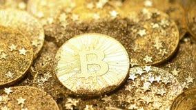 De macrocamera toont Ontruimd en Bitcoin die fonkelen stock footage