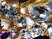 De macrofoto van grote luxe zilveren bergkristallen op een goud zet op stock foto