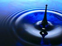 De macrofotografie van een donkerblauwe waterdaling/een inkt laat vallen plons en rimpelingen, nat, conceptueel voor milieu, beho Royalty-vrije Stock Foto's