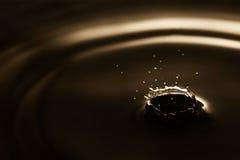 De macromening van de waterdaling Bespattende ringen op donkere abstracte achtergrond Zachte nadruk, Ondiepe diepte van gebied Stock Afbeeldingen