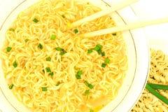 De macromening van plaat van fastfood soep met groene ui, eetstokjes en ruw ramen onmiddellijke ongekookte noedel royalty-vrije stock foto