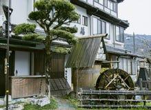 De madeira antigo bem com um watermill fotos de stock royalty free
