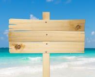 De madeira assine dentro a praia. foto de stock