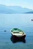 De madeira barge dentro as águas da baía de Boka (Montenegro) Imagem de Stock