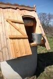De madeira bem com uma cubeta da água Foto de Stock