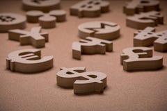 De madeira canta ou símbolos de moedas do mundo na imagem do grupo fotografia de stock royalty free