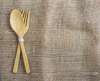De madeira da colher e da forquilha ajuste no fundo do pano de saco Imagens de Stock