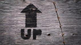 De madeira exteriores assinam ACIMA a seta com textura fotos de stock