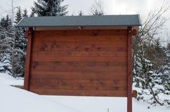 De madeira vazios assinam dentro a paisagem do inverno Fotografia de Stock