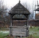 De madeira velho bem em Maramures Fotografia de Stock