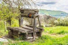 De madera abandonada viejo bien con la estructura hermosa en campo Fotos de archivo