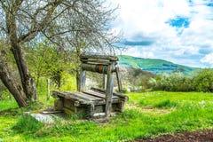De madera abandonada viejo bien con la estructura hermosa en campo Imagen de archivo