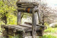 De madera abandonada viejo bien con la estructura hermosa en campo Imagen de archivo libre de regalías