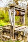De madera abandonada viejo bien con la estructura hermosa en campo Fotografía de archivo libre de regalías