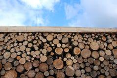 De madera abre una sesión el cielo azul Fotos de archivo libres de regalías