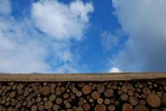 De madera abre una sesión el cielo azul Imagen de archivo libre de regalías