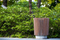 De madera adorne en compartimiento de basura concreto en el parque Fotografía de archivo libre de regalías