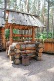 De madera bien en el patio de una casa vieja de la granja Foto de archivo