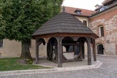 De madera bien en Tyniec (Polonia) Imagen de archivo