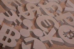 De madera canta o los símbolos de las monedas del mundo en imagen del grupo fotografía de archivo libre de regalías