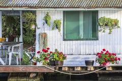 De madera choza pintada viejo blanco de la balsa en Sava River Imágenes de archivo libres de regalías