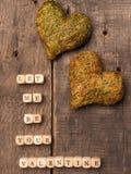 De madera corta en cuadritos con formas del corazón Fotografía de archivo