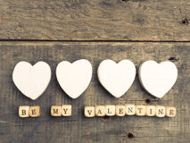 De madera corta en cuadritos con las formas blancas del corazón Foto de archivo
