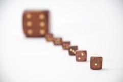 De madera corta en cuadritos con un dado en foco Imagenes de archivo