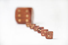 De madera corta en cuadritos con un dado en foco Imagen de archivo