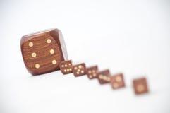 De madera corta en cuadritos con un dado en foco Imágenes de archivo libres de regalías