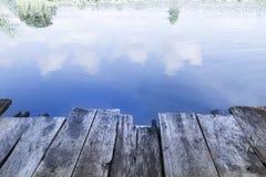 De madera en cielo reflejado en el lago Imagen de archivo libre de regalías