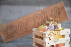 De madera firme adentro el vidrio ruso del champán de la felicidad Foto de archivo libre de regalías