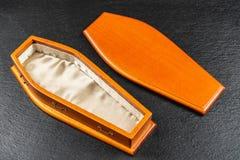 De madera miniatura ataúd alineado pequeño satén para los animales domésticos en el color de caoba imagen de archivo
