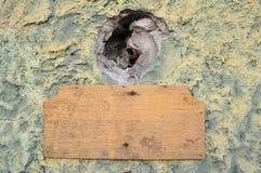De madera viejo de la vendimia vacía en una pared vieja del cemento fotos de archivo