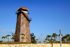 De madera viejo viejo de la torre de control del aeropuerto de Cancun Imágenes de archivo libres de regalías
