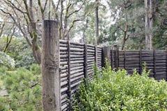 De madera y bambú que cercan en el jardín japonés Imágenes de archivo libres de regalías
