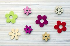 De madera y materia textil florece, florece vida inmóvil, decoración de Pascua de la primavera Fotos de archivo libres de regalías