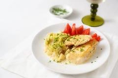 De magere filet van het kippenvlees met organische groenten en het verse kruid versieren, gezonde lage carburatormaaltijd voor ve stock foto's