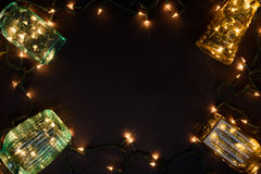 De magische achtergrond van het Kerstmisthema, uitstekende die vazen met slingerlichten worden gevuld, donkere achtergrond Hoogst Stock Afbeelding