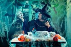 De Magische Woorden van heksentellis aan Schedel Royalty-vrije Stock Afbeeldingen