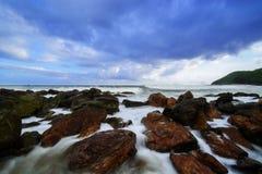 De magiska vågorna på den Yarada stranden Arkivfoton
