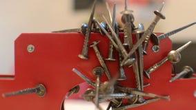 De magneet trekt metaalspijkers van grond stock videobeelden