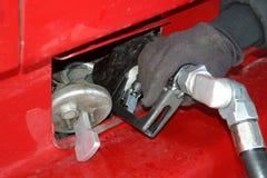 De main d'essence de rouge camion semi Photo libre de droits