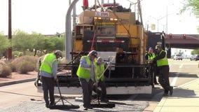De maintaing straat van de rijwegbemanning stock video