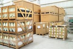 15 de maio - 2016: Caixas do armazém da fábrica Fotografia de Stock
