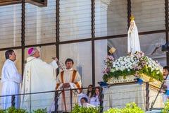 13 de maio celebração Mary Statue Priest Incense Fatima Portugal Fotografia de Stock